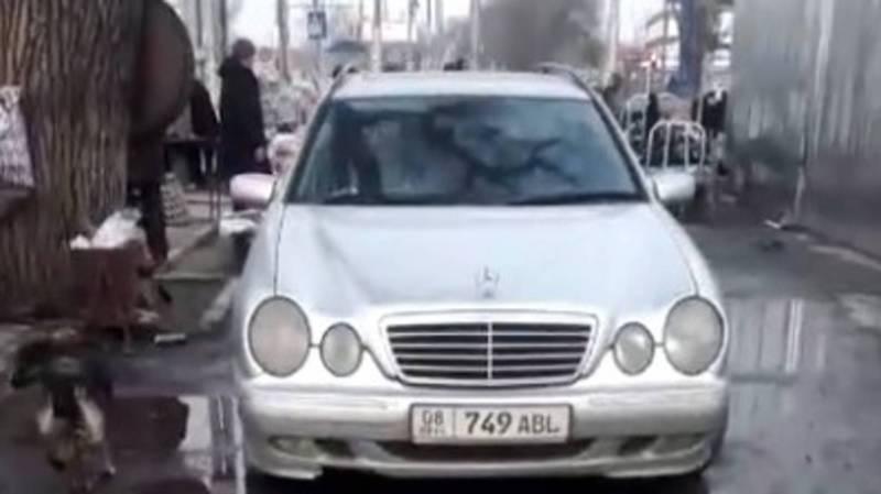 Возле Аламединского рынка водители паркуются на тротуаре. Видео