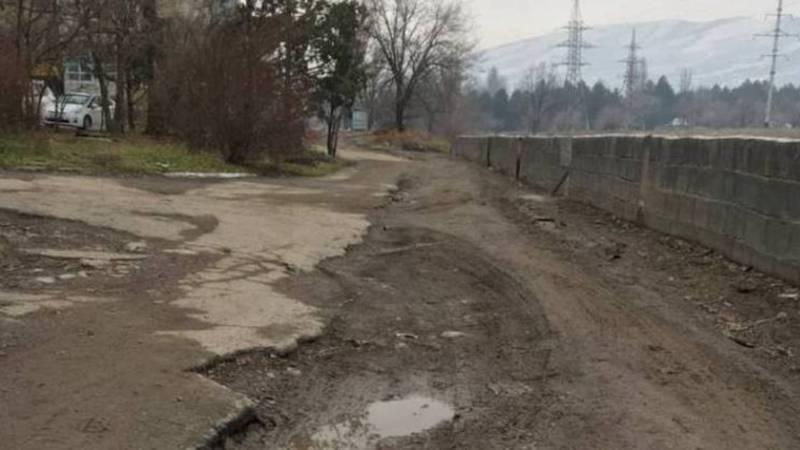 Житель просит заасфальтировать дорогу длиной 140 метров в городке Совмина. Видео, фото