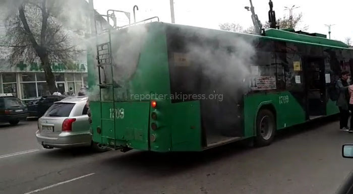 В Бишкеке на Ахунбаева-Айтматова задымился троллейбус <i>(видео)</i>