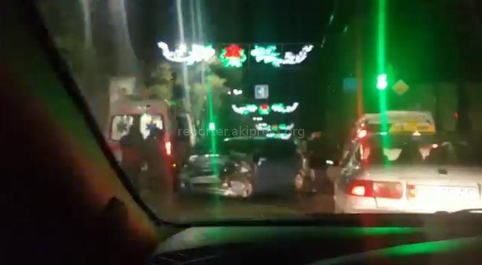В центре Бишкека столкнулись Honda Fit и BMW <i>(видео)</i>