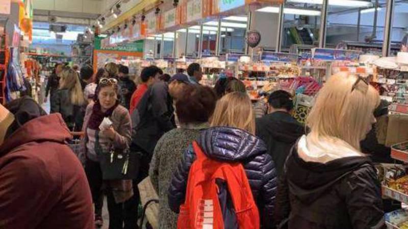 В супермаркетах Бишкека наблюдаются большие очереди за продуктами. Видео