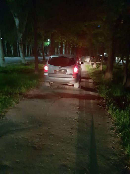 Некоторые машины ездят по тротуару на участке проспекта Айтматова, - бишкекчанин (фото)