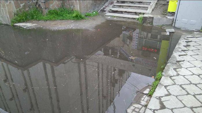 Житель просит устранить лужу возле здания «Кыргызтелеком» (фото)