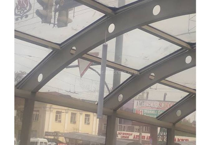 Разваливаются осветительные приборы в подземном переходе на Чуй - Абдрахманова (фото)