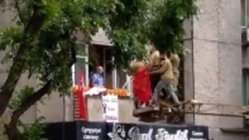 В Бишкеке под окнами ветерана спели песню «День Победы». Молодых людей подняли на кране. Видео