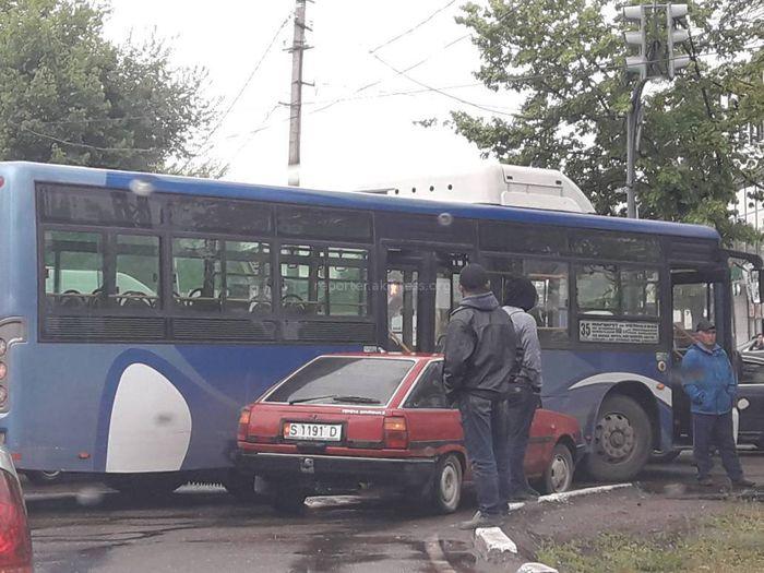 На Жибек Жолу—Тоголок Молдо машина врезалась в пассажирский автобус <i>(фото)</i>