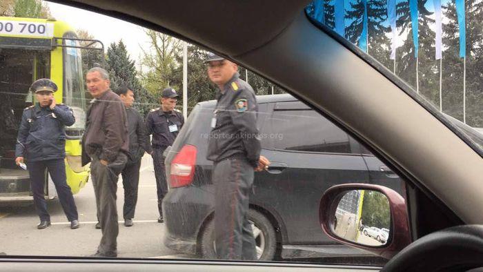На старой площади в Бишкеке столкнулись автобус и «Хонда Фит» (фото, видео)