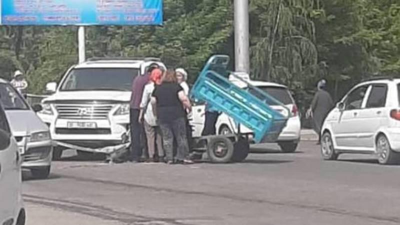 В Оше мотороллер столкнулся с Lexus 570. Видео очевидца