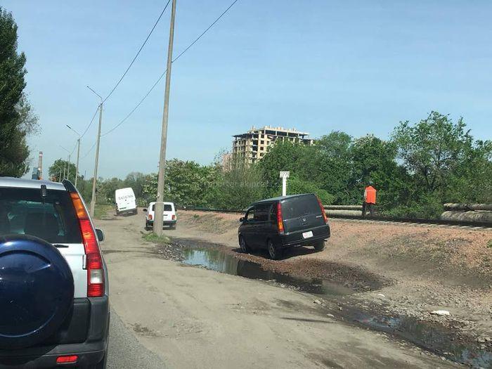 В Бишкеке на ул.Толстого водители объезжают пробку по обочине (фото)