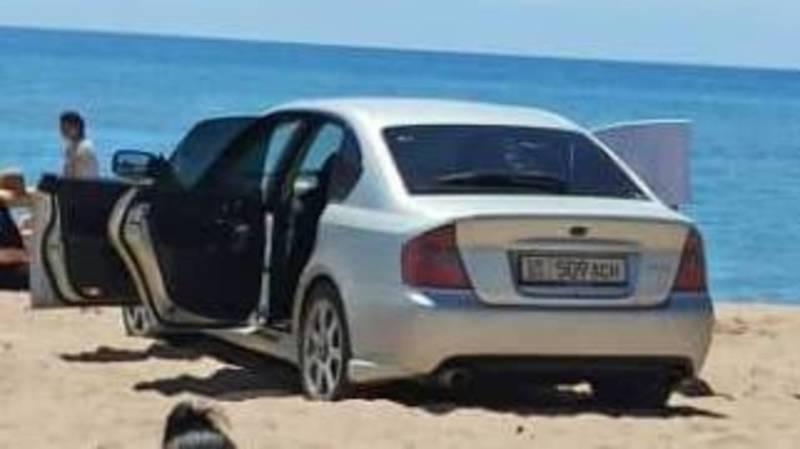 В Бостери водитель на Subaru заехал на берег Иссык-Куля. Фото