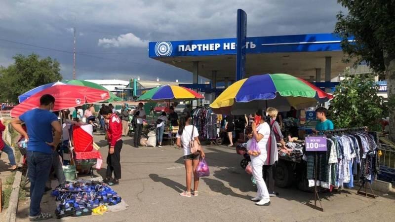 На пересечении Жибек Жолу-Курманжан Датки продолжается стихийная торговля. Фото