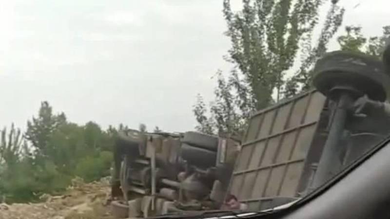 В Жалал-Абадской области перевернулась фура. Видео