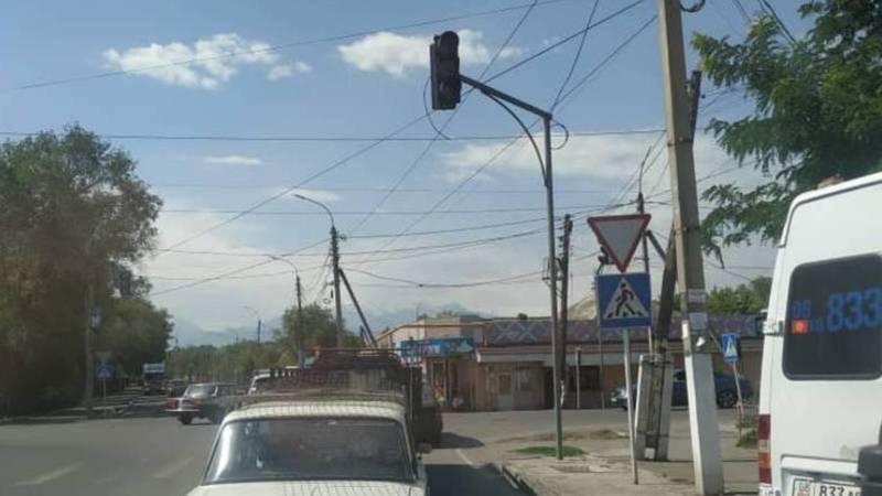 На Щербакова-Орозбекова поставили светофор, но его не подключили его, - местный житель. Фото