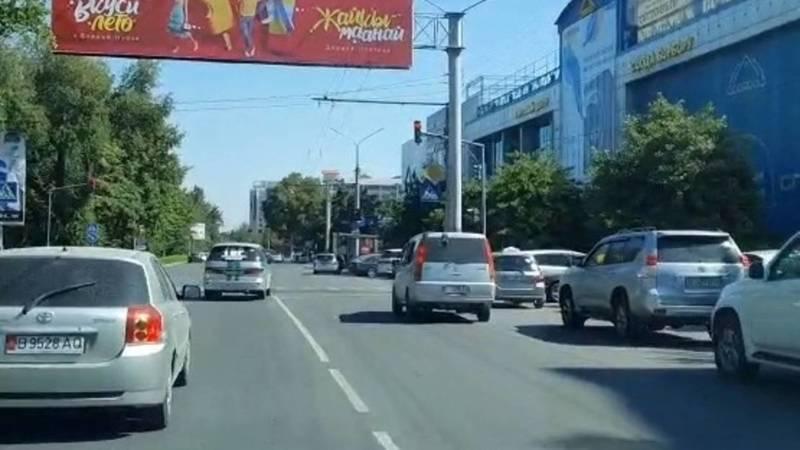 Машина ГБР проехала на красный на ул.Ибраимова. Видео