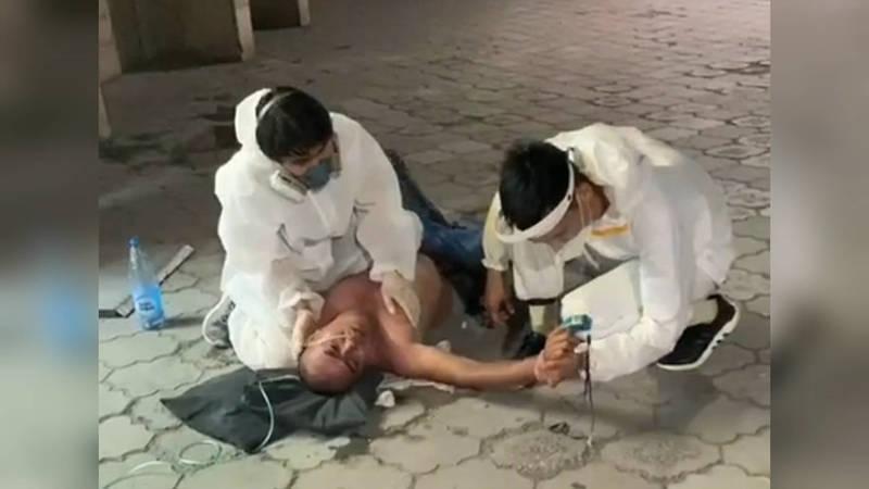 «Дыши, дыши!» Волонтеры спасли мужчину на улице, успев подключить его к кислородному аппарату. Видео