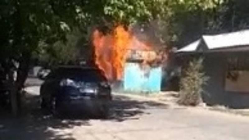 На ул.Турусбекова сгорел киоск. Видео очевидца