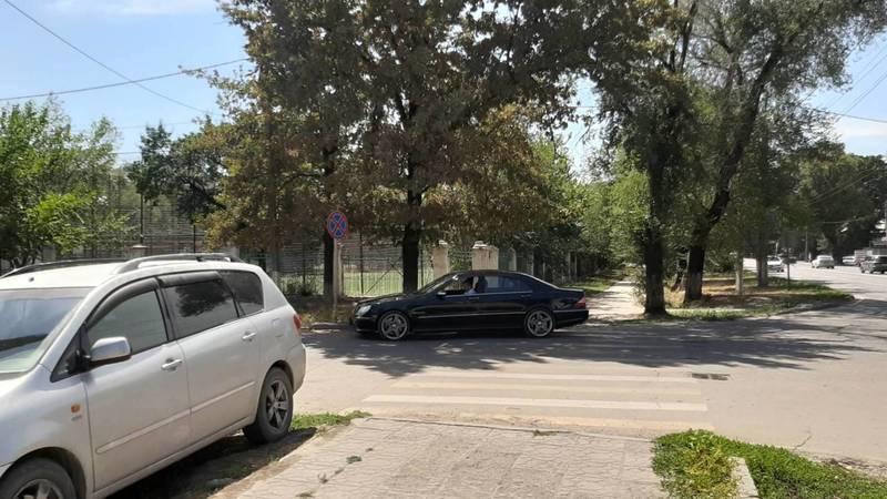 Водитель припарковал свой «Мерседес S55» на тротуаре на ул.Льва Толстого. Фото очевидца