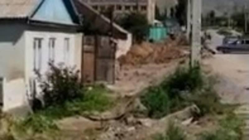 В Чолпон-Ате сносят заборы жителей, чтобы провести водопровод, - горожанин. Видео