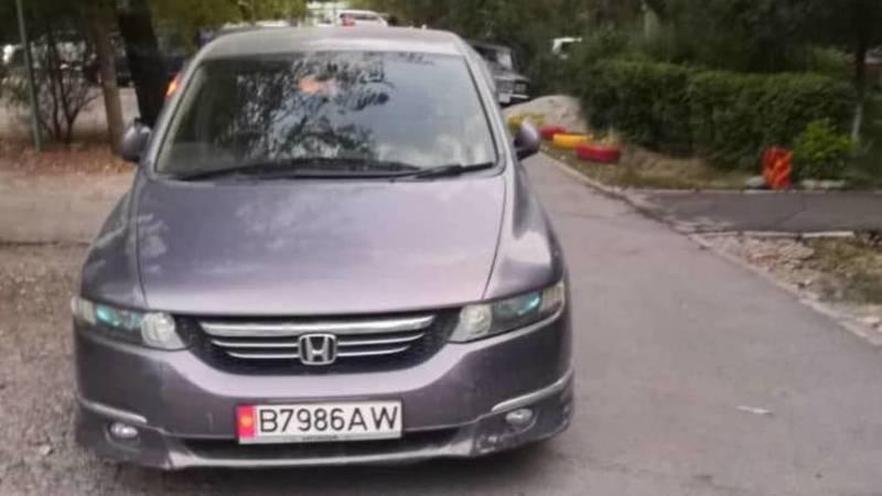 В 10 мкр водитель припарковал свою «Хонду» на дороге. Фото