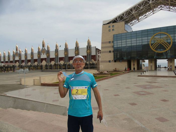 «Марафон — это круто!»: История 59-летнего марафонца из Оша, преодолевшего более 42 км (фото)