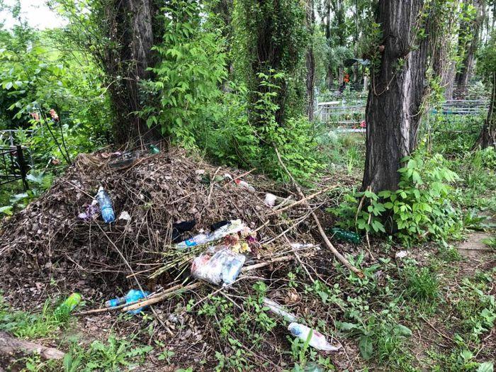 Житель: На кладбище «Восток» Аламединского района оставляют мусор и не соблюдают санитарные нормы <i>(фото)</i>