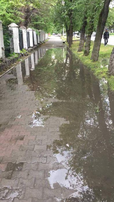 В Бишкеке на тротуаре пр.Жибек Жолу недалеко от ул.Логвиненко скапливается вода (фото)