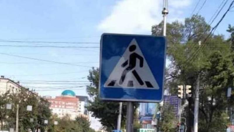 Дорожный знак, закрывающий обзор на светофор на ул.Ахунбаева, исправлен