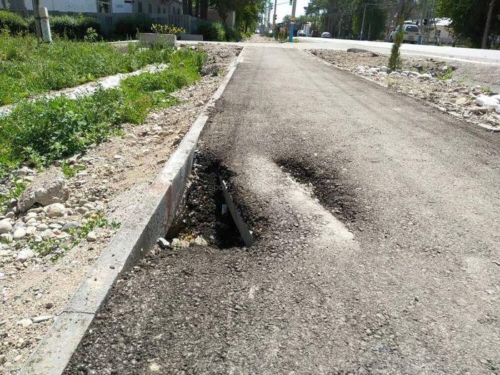 Фото — В Таласе недавно отремонтированный тротуар ул.Айтматова уже в трещинах и ямах