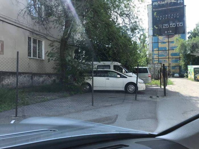 Ограждение возле дома №6 в 5 мкр установлено законно, - мэрия Бишкека