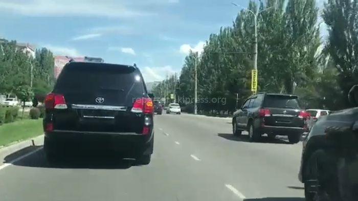 Видео — В Бишкеке замечены внедорожники, ехавшие без госномеров