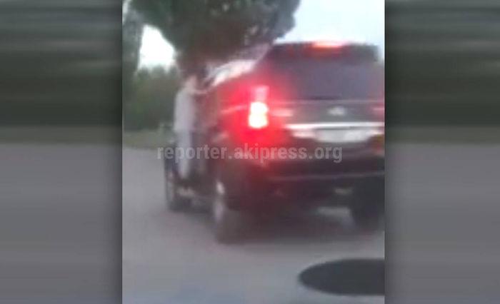 Задержан водитель «Лексуса», который вез двух мальчиков, вцепившихся за передние боковые стекла
