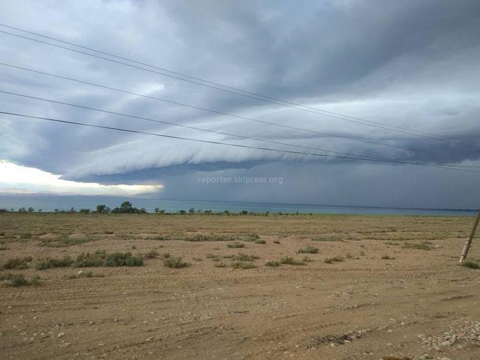 Фото — Красивейшее явление природы: Гигантская волна из облаков на Иссык-Куле