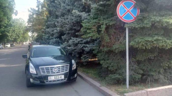 Фото — Парковка по-хамски: Машину отставили в зоне действия знака «Остановка запрещена»
