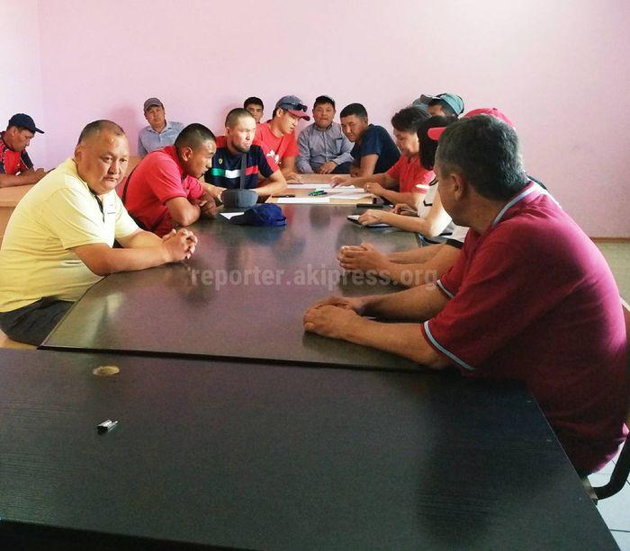Сотрудникам МП «Бишкекзеленхоз» объявили строгий выговор за прыжки с крана в Комсомольское озеро