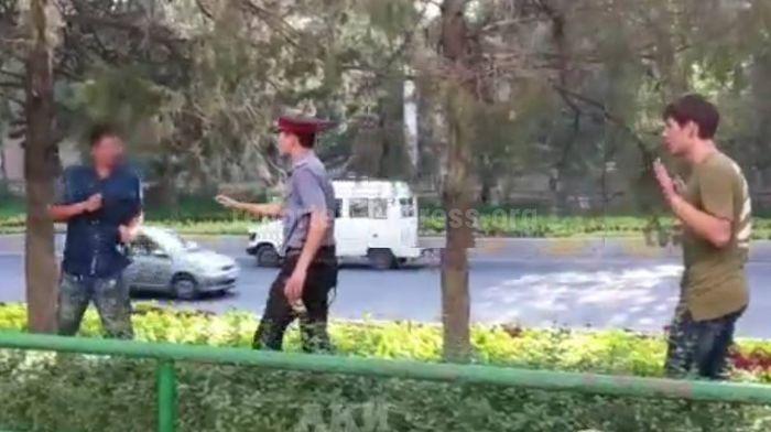 Видео — На Манаса-Боконбаева пьяный мужчина дрался с прохожими