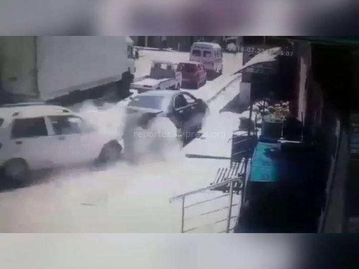 Момент ДТП, когда грузовик без тормозов протаранил 7 автомобилей в Оше, попал на камеры видеонаблюдения
