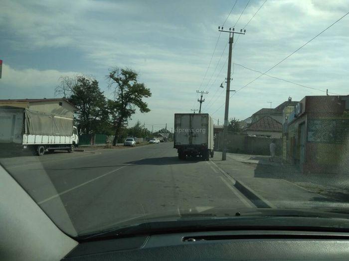 Фото — Бишкекчанин просит убрать грузовик с проезжей части перекрестка Садырбаева-Боронбаева