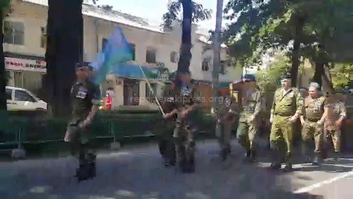 Видео — Шествие десантников в центре Бишкека