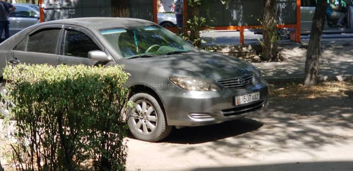Парковка по-хамски: Тонированную «Тойоту» оставили на тротуаре и пешеходы обходят ее