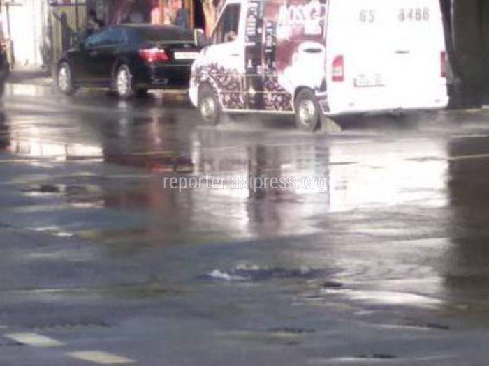 «Бишкекводоканал» о воде из-под люка на Бейшеналиевой-Рыскулова: Был открыт пожарный гидрант для сброса воды