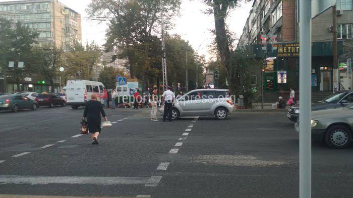 В центре Бишкека произошло ДТП с участием «Тойоты» и «Хонды Фит»
