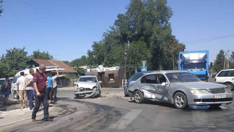 Фото, видео — На Орозбекова-Баялинова произошло ДТП с участием трех машин
