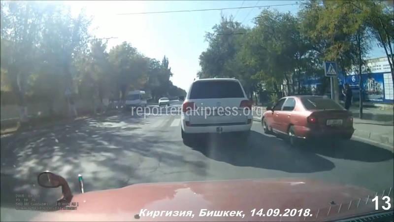 Видео — Момент автонаезда на девушку на улице Горького в Бишкеке