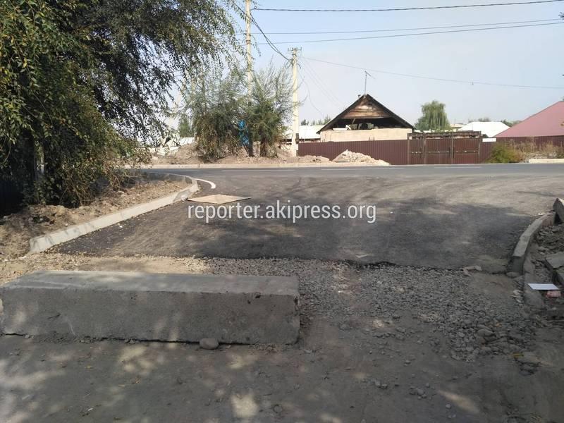 Бишкекчанин жалуется на то, что после ремонта дороги в столичном жилмассиве Красный строитель не сделаны тротуар и сливные арыки