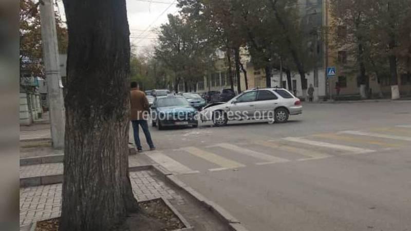 На Жибек Жолу—Турусбекова столкнулись две машины (фото)