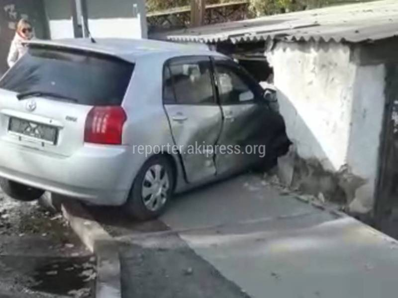 Видео — На Орозбекова-Баялинова «Тойота» пробила гараж