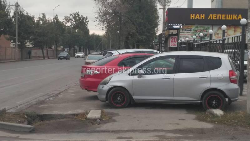 Посетители кафе на улице Гагарина «захватили» тротуар автомобилями (фото)