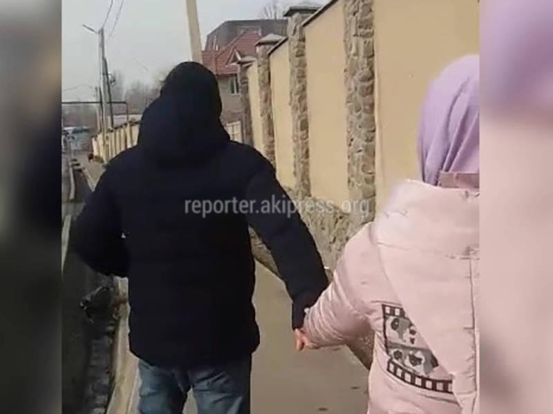 Бишкекте Ибраимов жана Куренкеев көчөлөрүнүн кесилишинде жаштар арыктын ичине таштанды ыргытууда (видео)