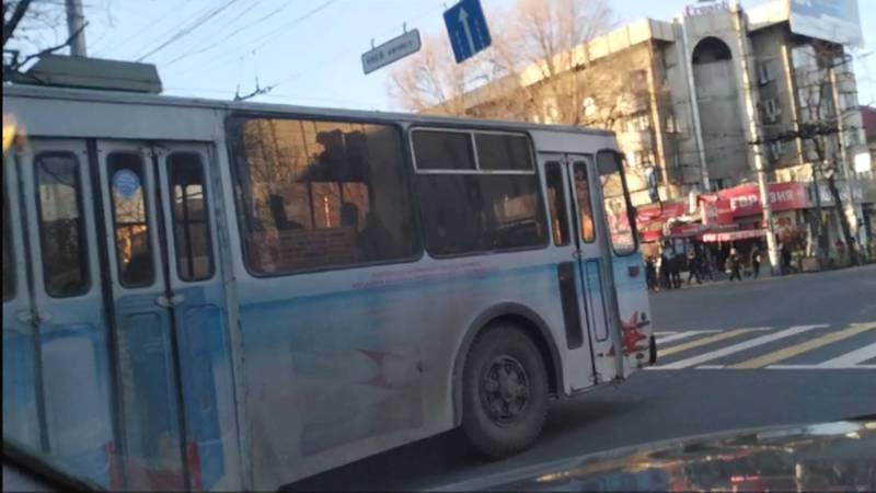 В Бишкеке на ул.Абдрахманова троллейбус №6 выехал за стоп линию - горожанин (видео)