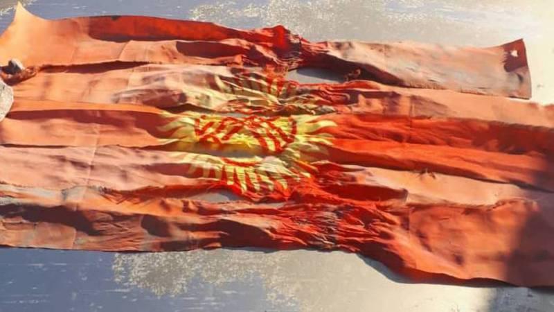 Видео – В Бишкеке на улице Абаканской нашли разрезанный на ленточки флаг Кыргызстана